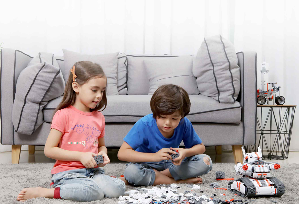 Игрушка трансформер Mi Robot Rover дети играют в комнате