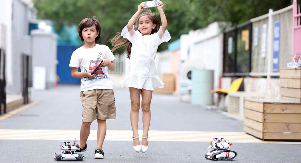 Игрушка трансформер Mi Robot Rover дети играют на улице