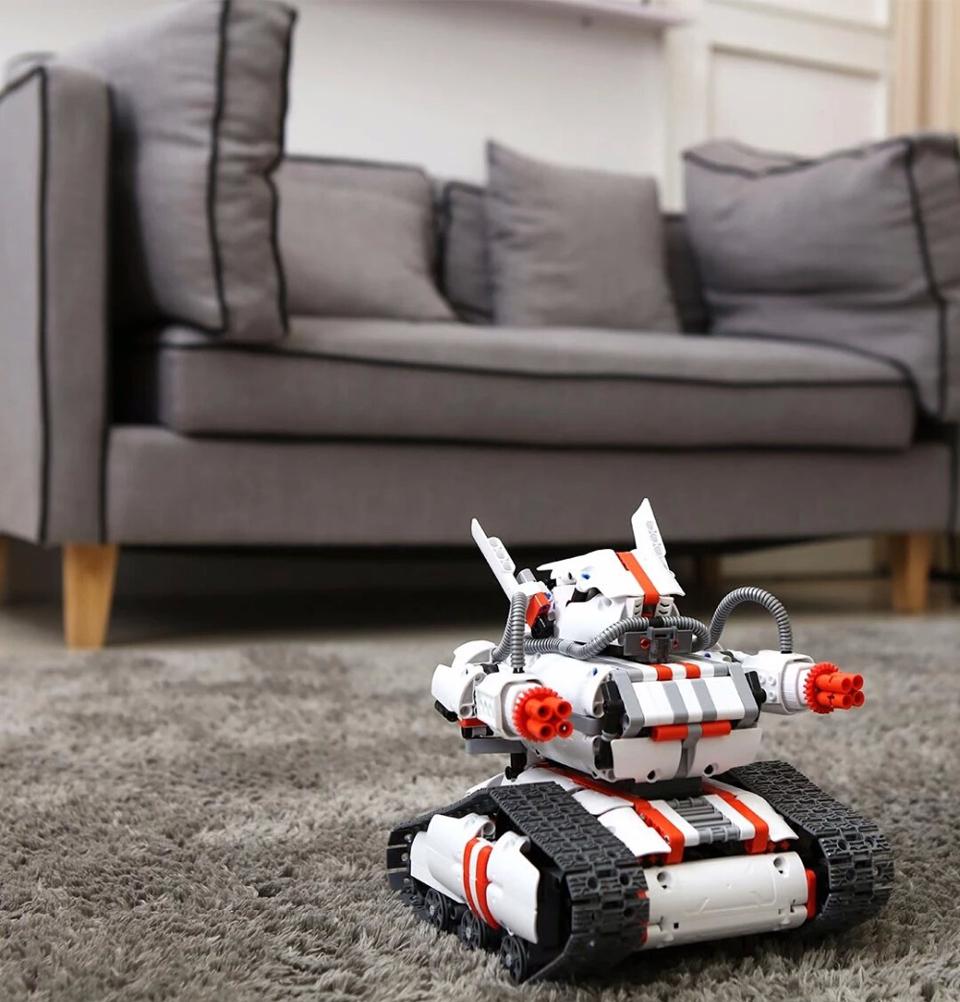 Игрушка трансформер Mi Robot Rover на ковре